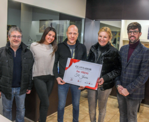 L'Alcaldessa Anna Maria Martínez, el Regidor Moisés Rodríguez i el president de Comerç Rubí fan entrega del segon premi del concurs d'aparadors de Nadal a F&L Joiers